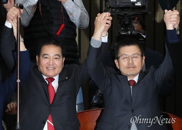 한국당 새 원내대표로 선출된 심재철 의원 자유한국당 새 원내대표로 선출된 심재철 의원이 9일 국회에서 열린 의원총회에서 황교안 대표와 손잡고 인사하고 있다.