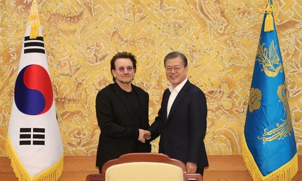 문재인 대통령이 9일 청와대에서 예방한 록밴드인 'U2'의 보컬이자 사회운동가 보노 접견에 앞서 인사하고 있다. 1976년 아일랜드 더블린에서 결성된 U2는 전 세계에서 1억 8천만여장의 앨범 판매고를 올리고 그래미를 총 22회 수상한 유명 밴드다. 리더인 보노는 빈곤·질병 종식을 위한 기구인 '원'(ONE)을 공동 설립하고 빈곤 퇴치 캠페인에 적극적으로 나서며 과거 노벨평화상 후보에 오르기도 한 인물이다.
