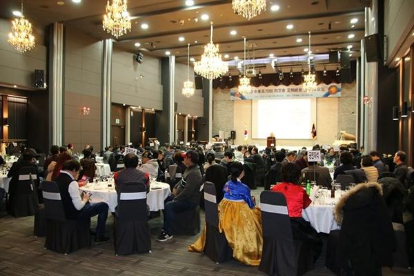 고등학교 송년모임 사진 12월 6일(금) 고등학교 동기 150 여 명이 참석해서 오랜만에 우정을 나누며 즐거운 시간을 보냈다.