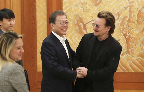 문재인 대통령이 9일 청와대에서 예방한 록밴드인 'U2'의 보컬이자 사회운동가 보노와 인사하고 있다. 1976년 아일랜드 더블린에서 결성된 U2는 전 세계에서 1억 8천만여장의 앨범 판매고를 올리고 그래미상을 총 22회 수상한 유명 밴드다. 리더인 보노는 빈곤·질병 종식을 위한 기구인 '원'(ONE)을 공동 설립하고 빈곤 퇴치 캠페인에 적극적으로 나서며 과거 노벨평화상 후보에 오르기도 한 인물이다.