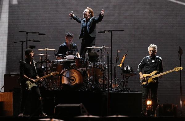 아일랜드 출신의 세계적인 록밴드 U2가 8일 오후 서울 구로구 고척스카이돔에서 역사적인 첫 내한 공연을 펼치고 있다. '조슈아 트리 투어 2019' 서울 공연으로, 밴드 결성 이후 43년 만에 처음으로 성사된 내한 공연이다.