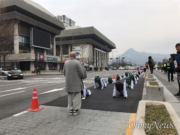 9일 오전 톨게이트 요금수납원들이 한국도로공사 직접 고용을 촉구하면서 오체 투지를 진행했다. 지난 11월 5일 오체투지를 진행한지 한 달만에 다시 톨게이트 요금 수납원들은 오체투지를 하게 됐다.