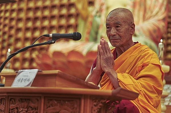 크리스마스를 기념해 한국을 방문한 티베트 불교의 대승 네충텐파(타나카 민)가 박 목사에게 과거 예언을 알려준다