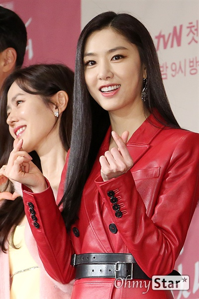 '사랑의 불시착' 서지혜, 당당한 맵짠녀 배우 서지혜가 9일 오후 서울 광화문의 한 호텔에서 열린 tvN 새 토일드라마 <사랑의 불시착> 제작발표회에서 포토타임을 갖고 있다.('맵짠녀'는 퀸카를 말하는 북한말이다.) <사랑의 불시착>은 패러글라이딩 사고로 북한에 불시착한 재벌 상속녀와 그녀를 숨기고 지키다 사랑하게 되는 북한 장교의 절대 극비 러브스토리 드라마다. 14일 토요일 오후 9시 첫 방송.