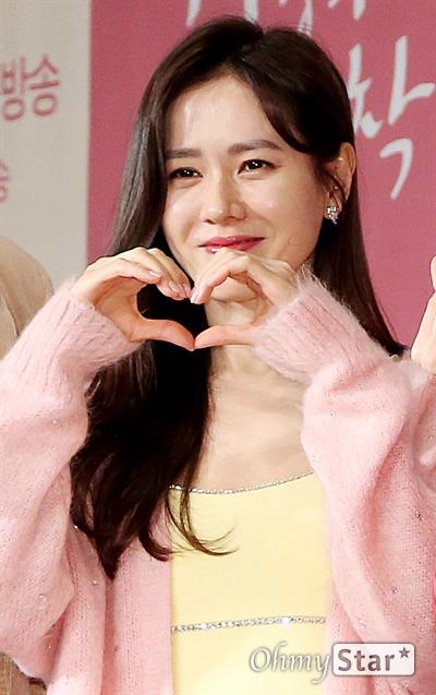 '사랑의 불시착' 손예진, 사랑의 하트 배우 손예진이 9일 오후 서울 광화문의 한 호텔에서 열린 tvN 새 토일드라마 <사랑의 불시착> 제작발표회에서 포토타임을 갖고 있다. <사랑의 불시착>은 패러글라이딩 사고로 북한에 불시착한 재벌 상속녀와 그녀를 숨기고 지키다 사랑하게 되는 북한 장교의 절대 극비 러브스토리 드라마다. 14일 토요일 오후 9시 첫 방송.