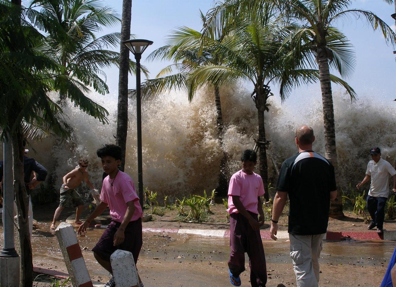 태국의 한 해변으로 쓰나미가 몰려오고 있다. 쓰나미는 해저 지각에서 발생한 지진이 유발하는 현상이다. 폭풍지진은 진앙이 바닷속 어느 지점으로 나타난다는 점에서 해저지진과 얼핏 비슷하지만, 폭풍에 의해 유발된다는 점에서 전적으로 다른 지진이다.
