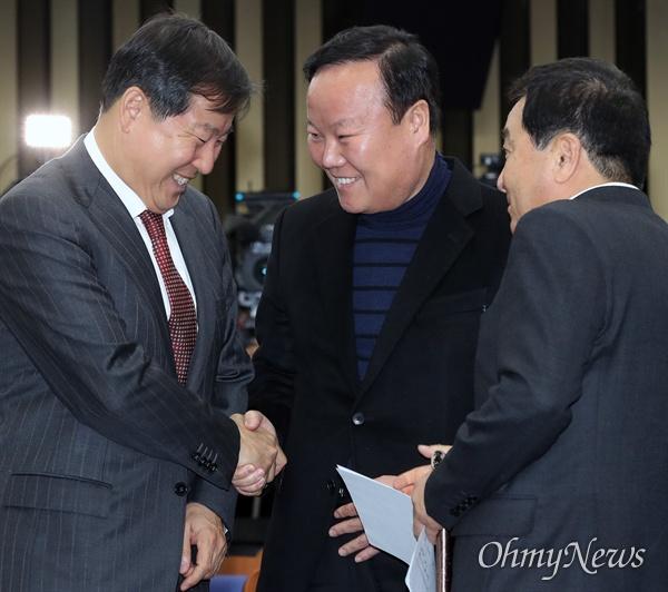 9일 새로 선출된 자유한국당 김재원 정책위의장(가운데)이 이날 오후 열린 의원총회에서 동료의원들과 인사하고 있다.