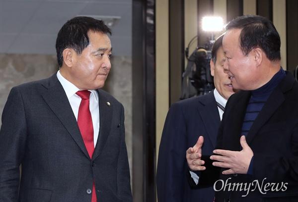9일 새로 선출된 자유한국당 심재철 원내대표와 김재원 정책위의장이 이날 오후 열린 의원총회에서 대화하고 있다.