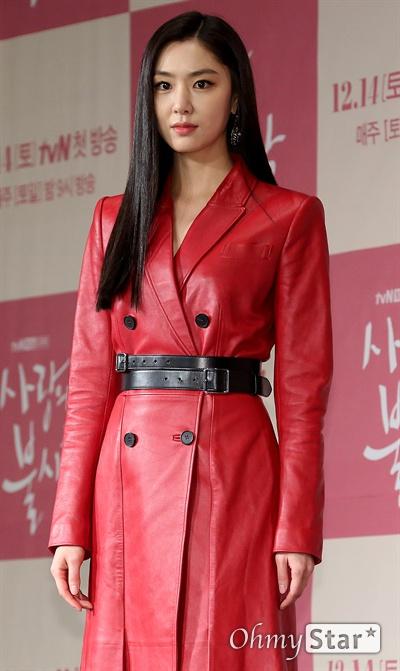 '사랑의 불시착' 서지혜, 한반도의 워너비 배우 서지혜가 9일 오후 서울 광화문의 한 호텔에서 열린 tvN 새 토일드라마 <사랑의 불시착> 제작발표회에서 포토타임을 갖고 있다. <사랑의 불시착>은 패러글라이딩 사고로 북한에 불시착한 재벌 상속녀와 그녀를 숨기고 지키다 사랑하게 되는 북한 장교의 절대 극비 러브스토리 드라마다. 14일 토요일 오후 9시 첫 방송.