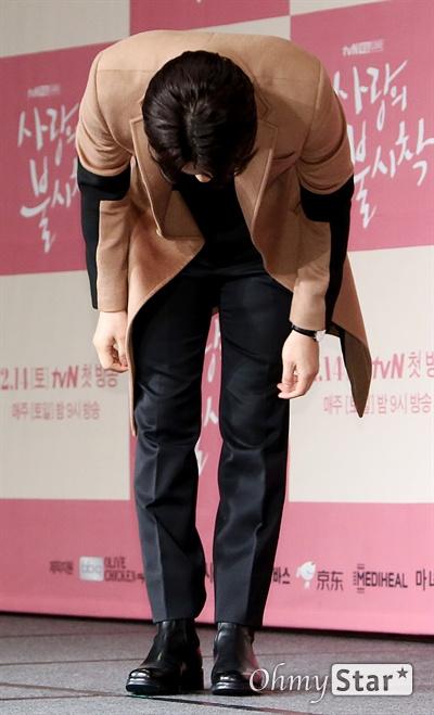 '사랑의 불시착' 김정현, 복귀 신고! 배우 김정현이 9일 오후 서울 광화문의 한 호텔에서 열린 tvN 새 토일드라마 <사랑의 불시착> 제작발표회에서 인사를 하고고 있다. <사랑의 불시착>은 패러글라이딩 사고로 북한에 불시착한 재벌 상속녀와 그녀를 숨기고 지키다 사랑하게 되는 북한 장교의 절대 극비 러브스토리 드라마다. 14일 토요일 오후 9시 첫 방송.