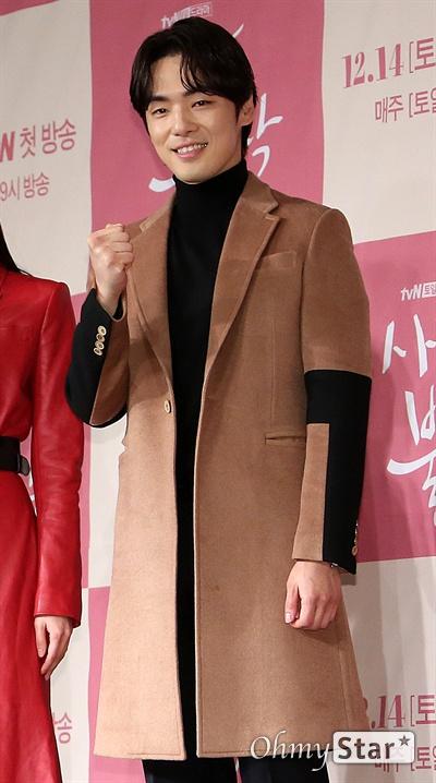 '사랑의 불시착' 김정현, 복귀 신고! 배우 김정현이 9일 오후 서울 광화문의 한 호텔에서 열린 tvN 새 토일드라마 <사랑의 불시착> 제작발표회에서 포토타임을 갖고 있다. <사랑의 불시착>은 패러글라이딩 사고로 북한에 불시착한 재벌 상속녀와 그녀를 숨기고 지키다 사랑하게 되는 북한 장교의 절대 극비 러브스토리 드라마다. 14일 토요일 오후 9시 첫 방송.
