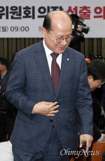 자유한국당 이종명 의원이 9일 오전 차기 원내대표와 정책위의장 선출을 위한 의원총회에 참석하고 있다.