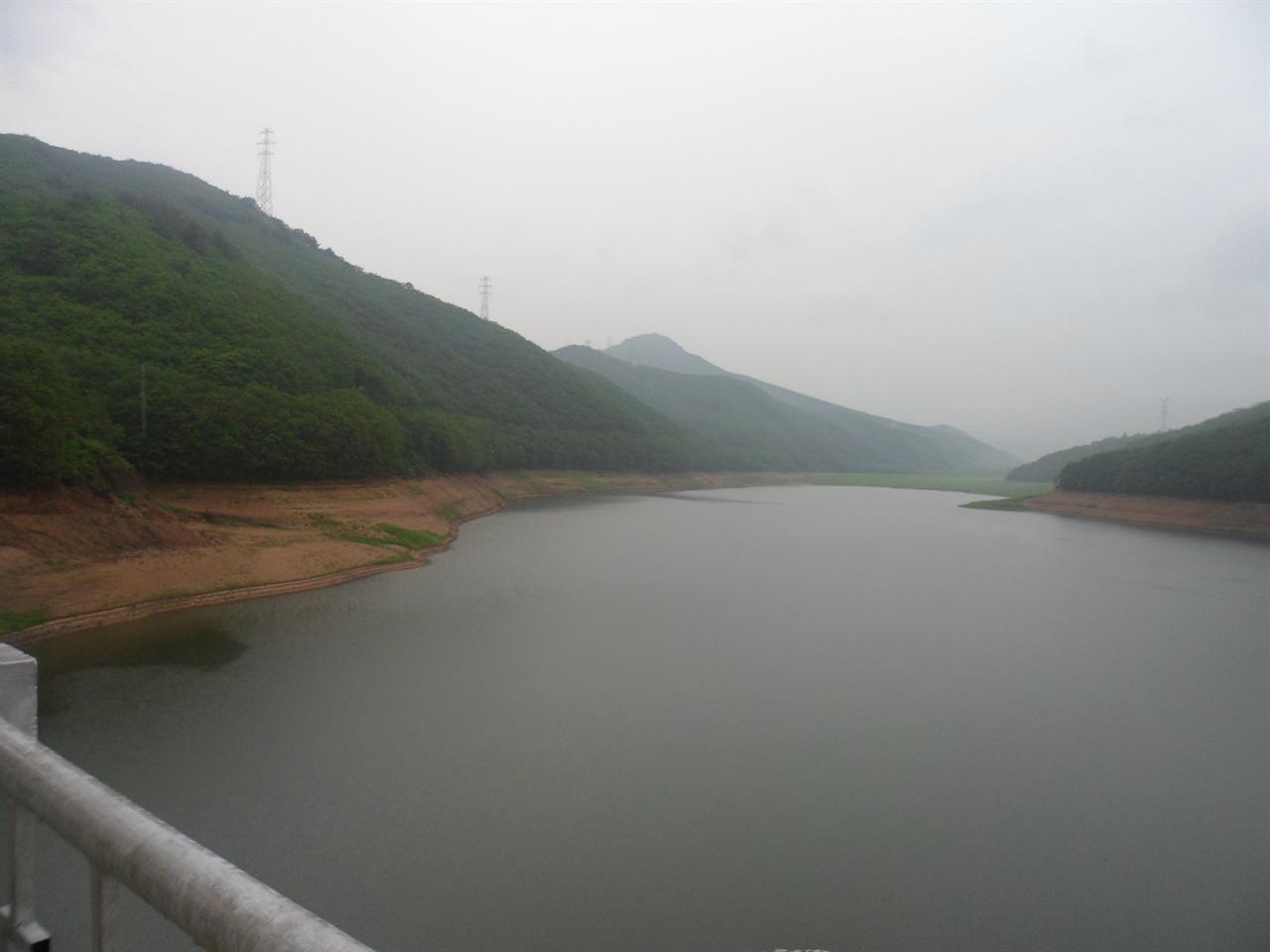 봉오동 전투 현장으로 알려진 '봉오골 저수지'. 그러나 실제 전투는 이곳에서 10km 이상 떨어진 곳에서 벌어졌다는 주장이 있다.