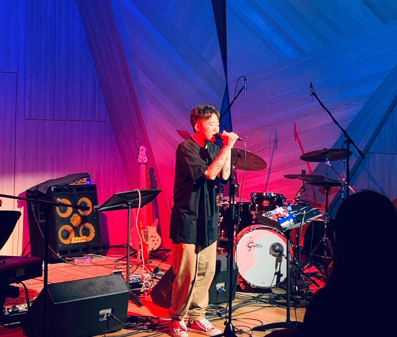 남메아리밴드 1집발매 기념공연 'Your Blues'에서 노래하는 래퍼 슬릭.