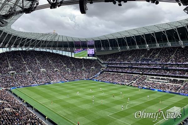 영국 런던 북쪽 토트넘의 홋스퍼 새 경기장. 지난해 4월 처음으로 문을 열었고, 수용인원만 6만명이 넘어, 맨체스터유나이티드의 올드트레포트에 이어 프리미어리그에서 2번째로 큰 경기장이다.