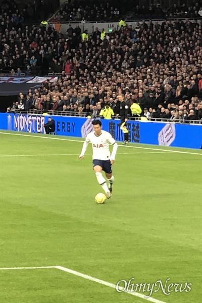 영국 프리미어리그 토트넘홋스퍼의 손흥민선수가 번리와의 경기에서 뛰고 있는 모습.