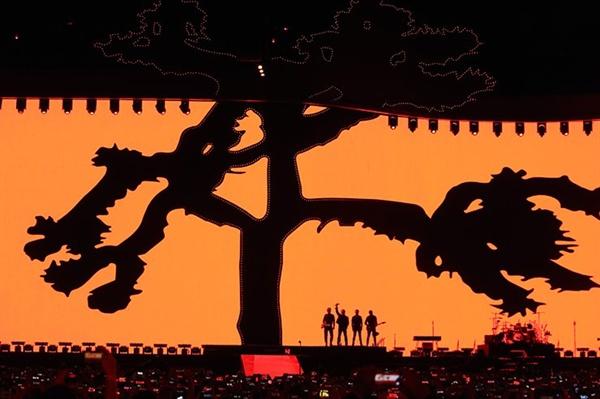 유투의 '더 조슈아 트리 투어'를 찾은 2만 8천여명의 관객들은 거대한 8K LED 스크린과 정교한 소리에 환호했다.