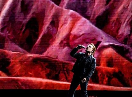 유투의 보컬 보노(Bono)는 이 날 공연을 통해 평화와 사랑의 메시지를 전했다.
