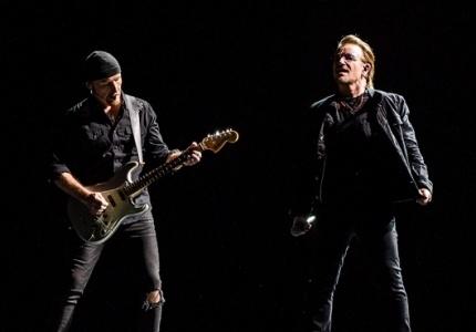 유투의 기타리스트 디 에지(The Edge)와 보컬 보노(Bono). 이 날 공연에는 총 150명에 달하는 스태프가 동원되어 열악한 고척 스카이돔에서 최상의 음향을 들려줬다.