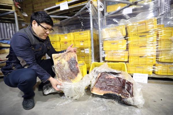 2017년 3월 30일 울산경찰청 경찰관이 울산시 동구 울산수협 냉동창고에 압수한 고래고기를 보이고 있다. 노란색 박스 안에 든 것이 모두 불법 포획된 고래고기다. 2017.3.30