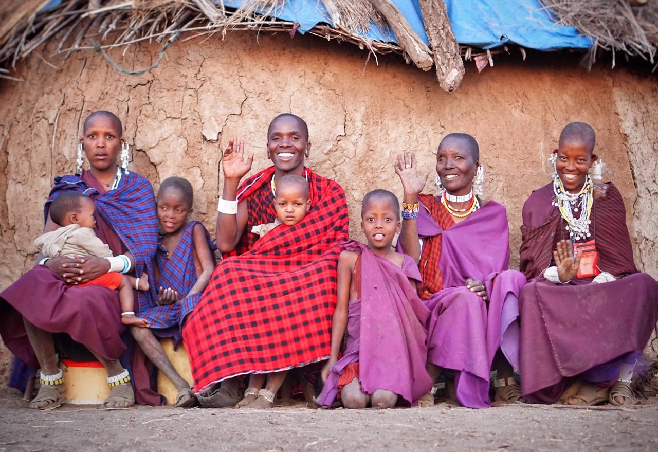 탄자니아 아루샤주 마사이족 청년 루카스 씨와 그의 가족