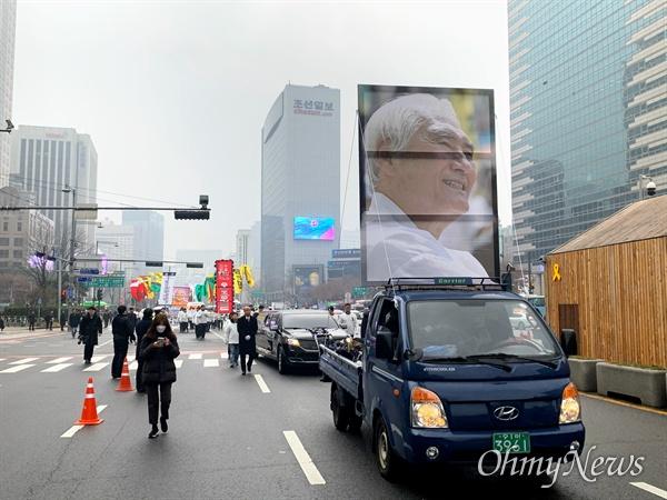 고 오종렬 한국진보연대 총회의장 영결식이 열린 10일 오전 9시쯤 서울시청 앞 광장부터 광화문 광장까지 운구 행렬이 이어졌다. 영정과 영구차를 선두로 고인의 평소 바람과 어록을 적은 수십 개의 만장 행렬이 이어졌고, 수백 명의 동지와 조문객들이 그 뒤를 따르고 있다.