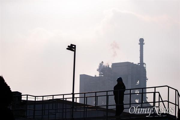 태안화력발전소 비정규직 노동자로 일하다 사망한 고 김용균씨의 1주기인 10일 오후 충남 태안 한국서부발전 태안화력발전소에서 추모식이 열리고 있다.