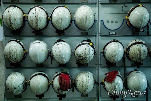 태안화력발전소 비정규직 노동자로 일하다 사망한 고 김용균씨의 1주기인 10일 오후 충남 태안 한국서부발전 태안화력발전소에서 노동자들이 사용하는 안전모와 장갑에 석탄가루가 묻어 있다.