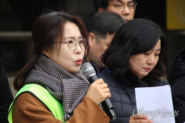 10일 대구시청 앞에서 열린 대구경북 인권단체들의 5대 인권뉴스 발표 기자회견에서 김진경 영남대의료원 노조위원장이 영남대병원에서 고공농성을 벌이고 있는 사례를 발표하고 있다.