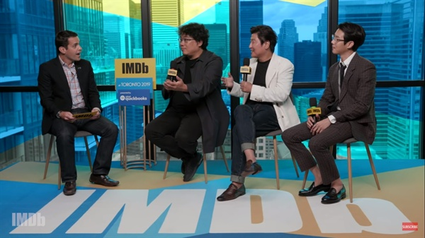 송강호, 최우식 배우와 함께 IMDB와 인터뷰 중인 봉준호 감독.
