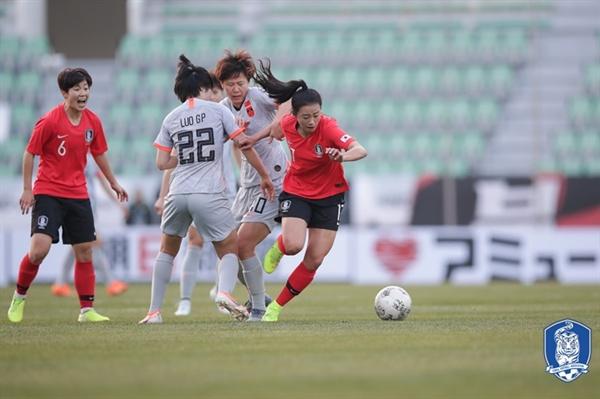 한국 여자 축구 대표팀 한국은 콜린 벨 감독의 데뷔전이었던 중국과의 2019 E-1 챔피언십에서 기대 이상의 선전을 펼치며 0-0 무승부를 거뒀다.