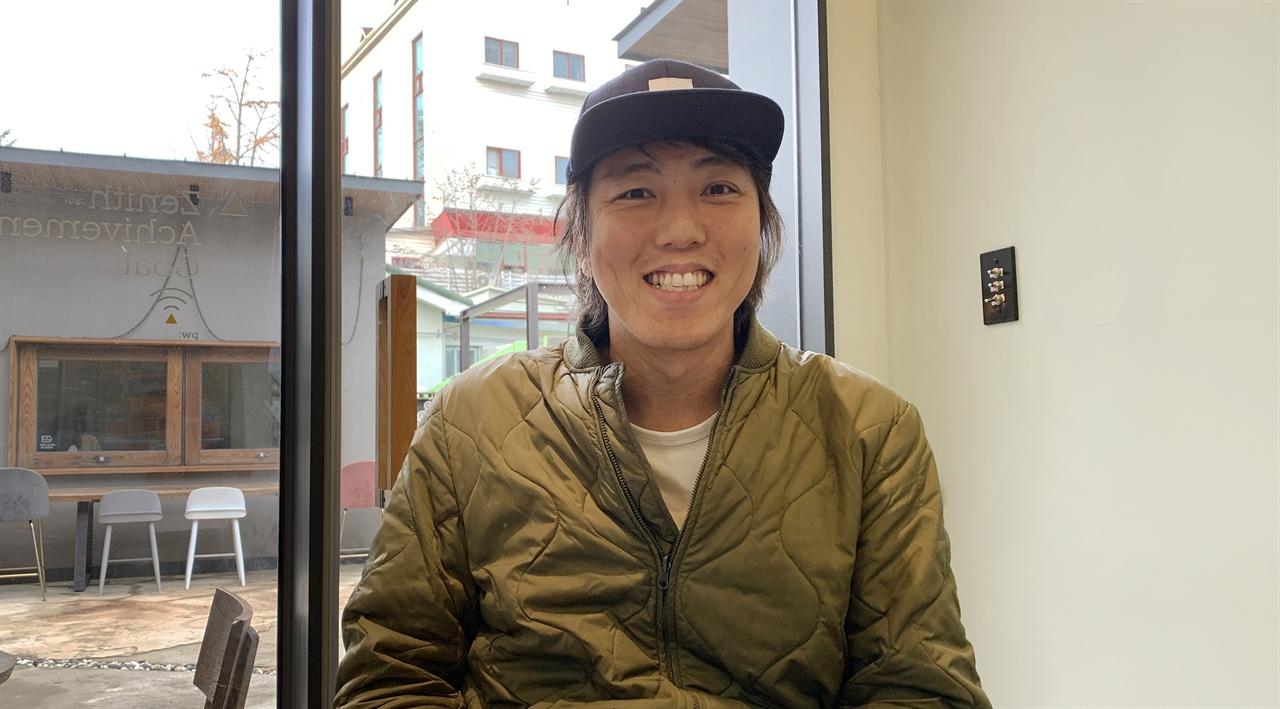 이윤승 교사가 환한 미소를 짓고 있다.