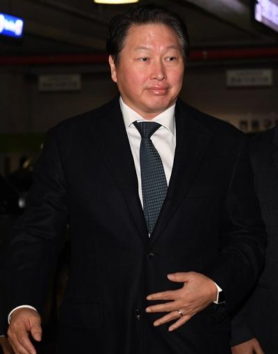 최태원 SK 회장이 지난 2018년 1월 16일 서울가정법원에서 열린 노소영 아트센터 나비 관장과의 이혼소송 2회 조정기일에 출석하고 있다.