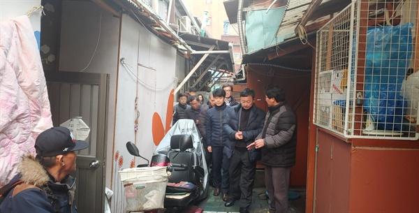 강병호 서울시 복지정책실장(앞줄 가운데)이 10일 오후 김형옥 영등포쪽방상담소장의 안내를 받아 영등포구 일대의 쪽방촌을 둘러보고 있다.