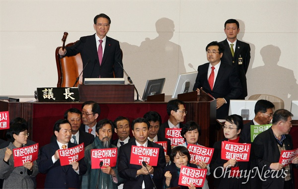 김형오 의장, 새해예산안 본회의 가결 선포 2009년 12월 31일 오후 국회 본회의에서 김형오 국회의장이 민주당과 민주노동당 등 야당 의원들의 반대에도 불구하고 2010년 예산안 가결을 선포하며 의사봉을 두드리고 있다.