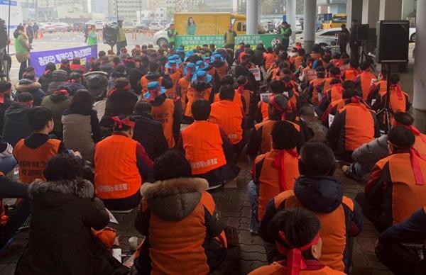 """충남대병원 행정동 앞 집회 참가자들 200여명의 참가자들이 """"자회사 강요 규탄!"""", """"직접고용 전환""""등의 구호를 외치고 있다."""