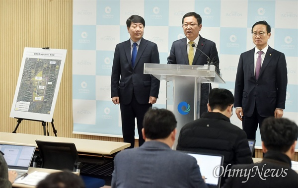 박남춘 인천시장이 12월 11일 시청 브리핑룸에서 부평미군기지(캠프마켓) 반환과 관련해 인천시 입장을 발표하고 있다.