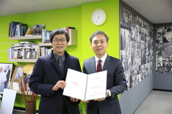 김승수 전주시장에게 임명장을 받고 있는 이준동 신임 전주영화제 집행위원장.
