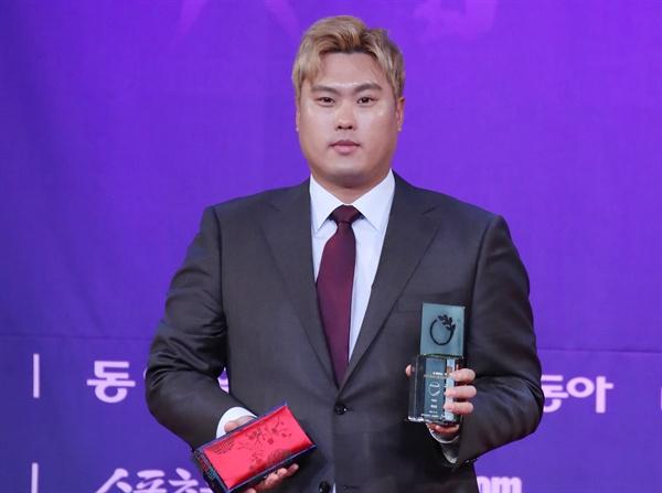 미국 프로야구 메이저리그 LA 다저스 투수 류현진이 11일 서울 광화문 포시즌스호텔에서 열린 'CMS와 함께하는 동아스포츠대상' 시상식에서 특별상을 수상하고 있다.