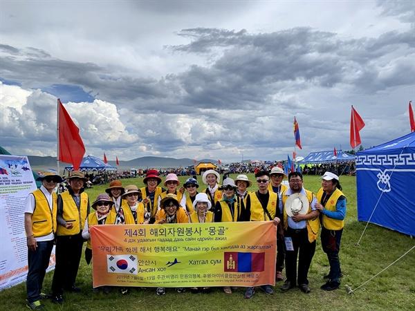 """""""사진에 사람들의 삶과 이야기를 담아요"""" 만원의 행복은 지난 7월 몽골로 사진봉사를 다녀왔다. 그곳에서 가족사진을 받고 좋아하는 이들의 모습을 보며 봉사의 소중함을 다시한번 확인하기도 했다."""