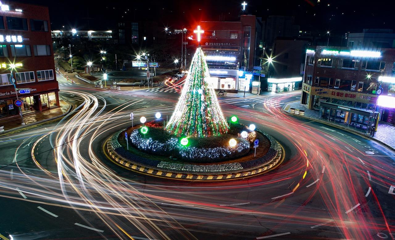 지난 7일 서산시청 앞 로터리에는 서산시 기독교연합회를 비롯해 맹정호 서산시장, 성일종 의원 등 200여 명이 참여한 가운데 성탄 트리 점등식을 가졌다.