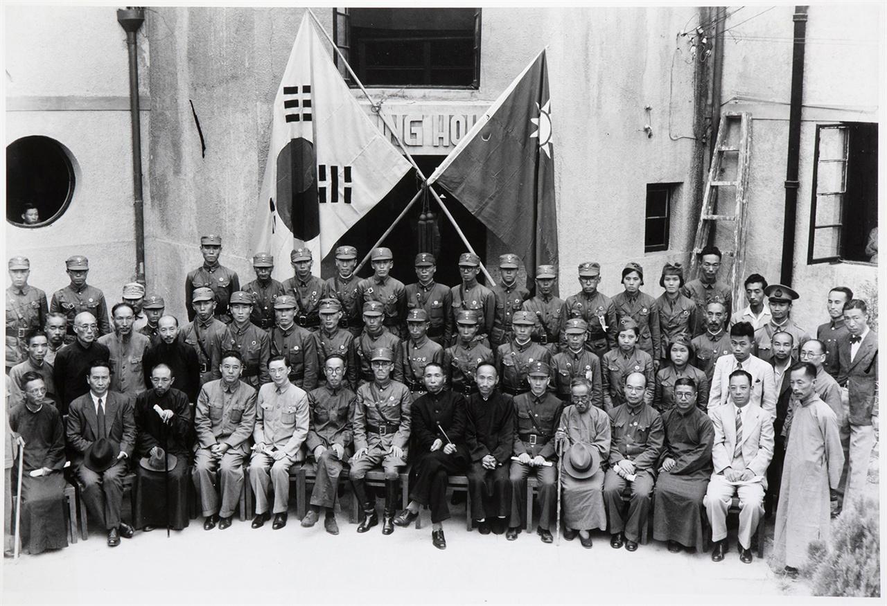 한국광복군 성립 전례식 기념사진(1940. 9. 17) 1940년 9월 17일의 한국광복군 성립 전례식에는 오광심과 조순옥(3열 오른쪽 ), 김정숙과 지복영(2열 오른쪽) 등 4명의 여성광복군도 함께 참석했다.