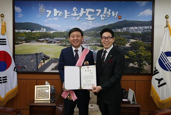 허성곤 김해시장, 향군대휘장 수상