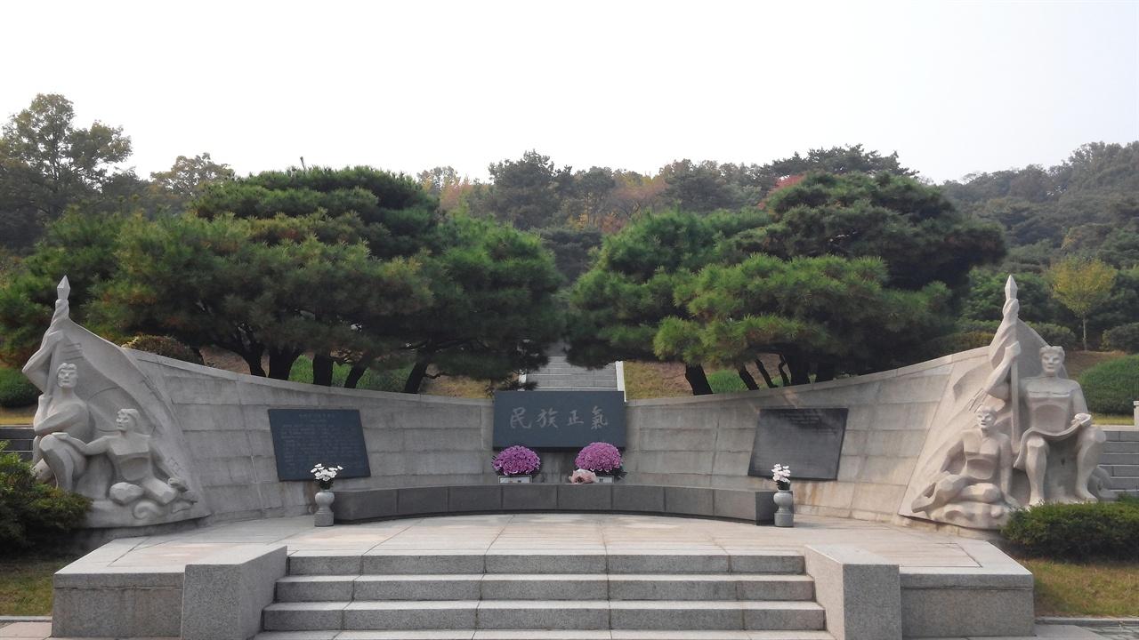 임시정부요인묘역에 설치된 조형물 임시정부요인 묘역에는 열여덟 분의 임시정부요인이 안장되어 있는데, 그 중 여성 독립운동가는 한 분도 안장되어 있지 않다.