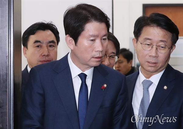 대화하는 이인영-조정식 더불어민주당 이인영 원내대표와 조정식 정책위의장이 12일 오전 국회에서 열린 정책조정회의에 들어서고 있다.