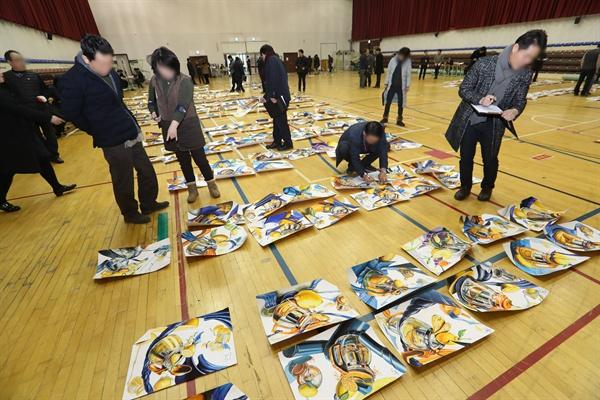 지난 2017년 1월 17일 대전 목원대 체육관에서 이 학교 미술대 정시 실기고사에 응시한 학생들의 작품을 미술대 교수들이 채점하고 있다.
