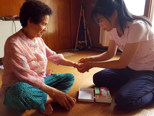 부여군 노인돌봄서비스 부여군의 한 어르신이 노인돌봄서비스를 받고 있다.