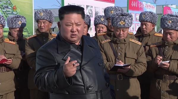 온실농장 조업식서 지시하는 북한 김정은 김정은 북한 국무위원장이 3일 함경북도 경성군 중평남새온실농장과 양묘장 조업식에 참석했다고 조선중앙TV가 4일 보도했다. 중앙TV가 공개한 사진에서 군 간부들이 김 위원장의 지시사항을 받아적고 있다.