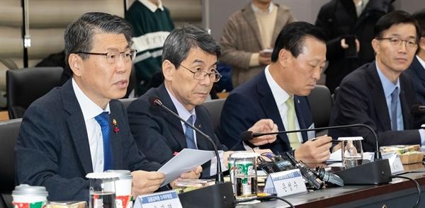 은성수 금융위원장은 12일 정부서울청사 금융위원회에서 김태영 은행연합회장 및 은행장들이 참석한 가운데 은행장 간담회를 진행했다.