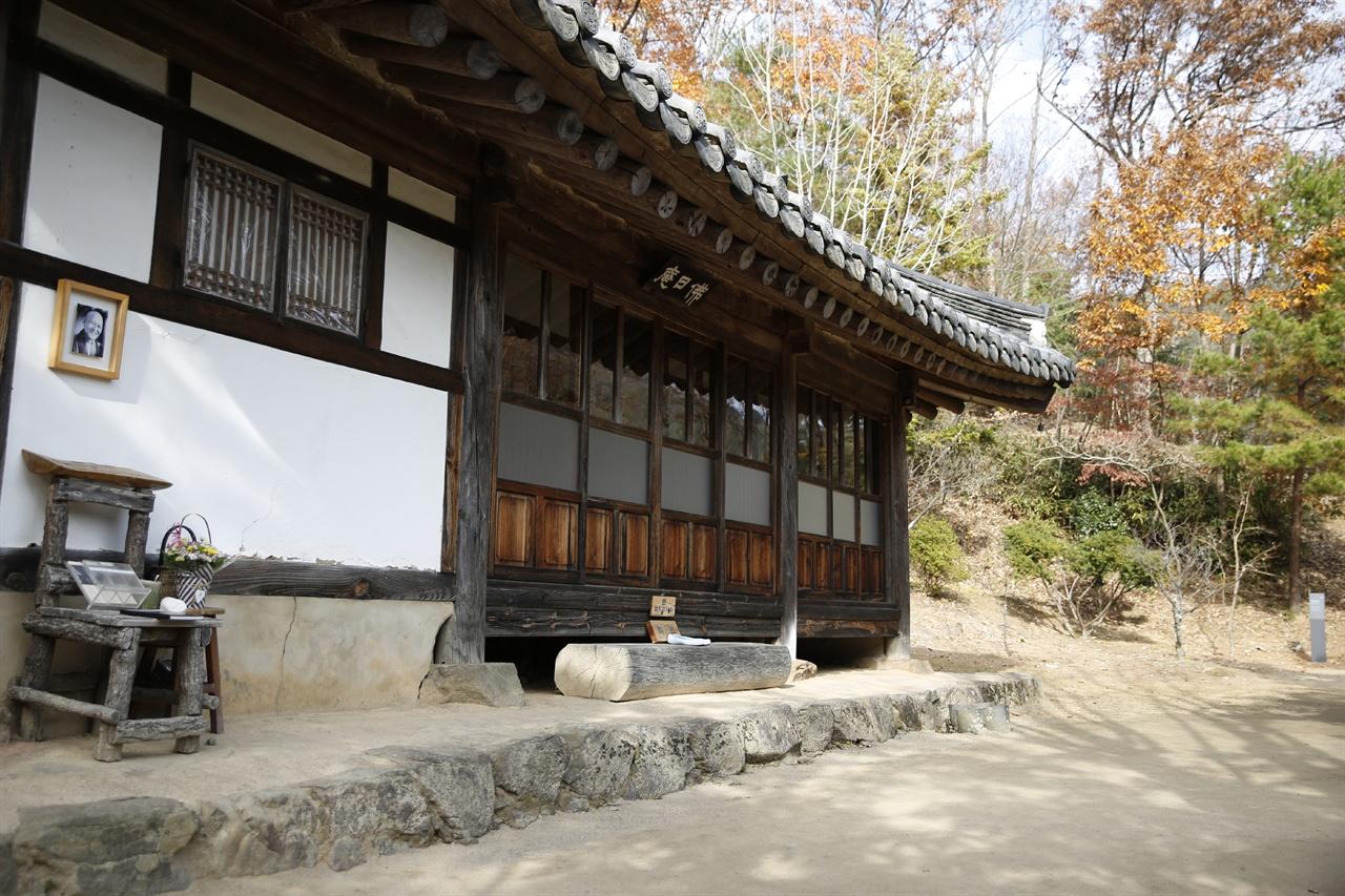 불일암 전경. 법정스님의 영정사진과 함께 스님이 생전에 앉았던 나무의자가 놓여 있다.